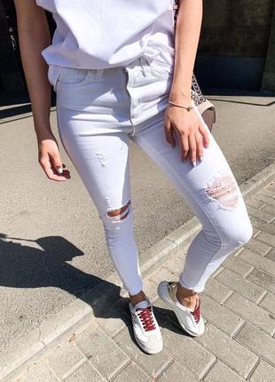 Белые рваные джинсы скини с завышенной талией посадкой
