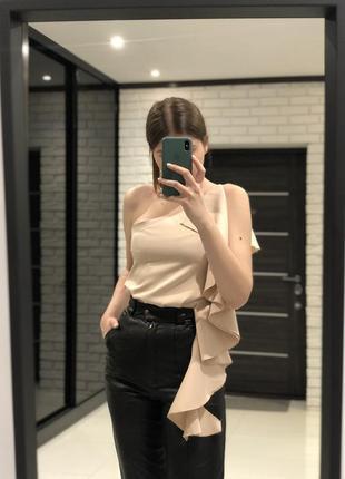 Блуза з воланом на одне плече