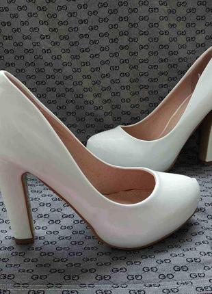 Женские лаковые белые туфли на устойчивом каблуке свадебные туфли
