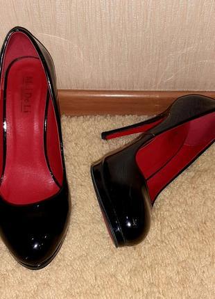 Туфли чёрные лаковые с красной подошвой