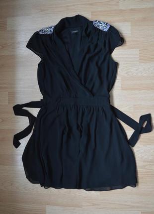 Воздушное платье с вырезом и камнями на плечах