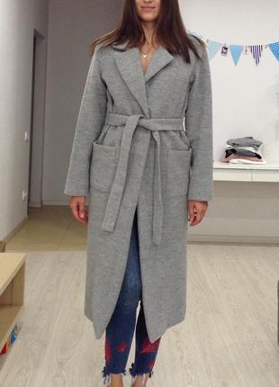 Длинное серое пальто с поясом.размер s.