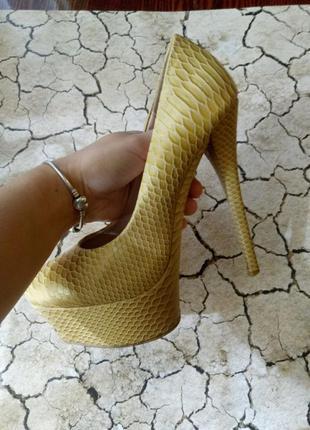 Туфли-шпильки под змеиную кожу