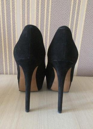 Чёрные туфли на высоком каблуке