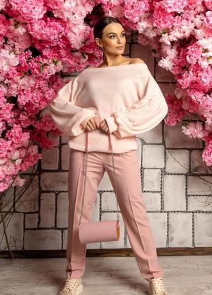 Женский деловой костюм с брюками и розовой кофтой с открытыми плечами (ко 4221 rmmr)