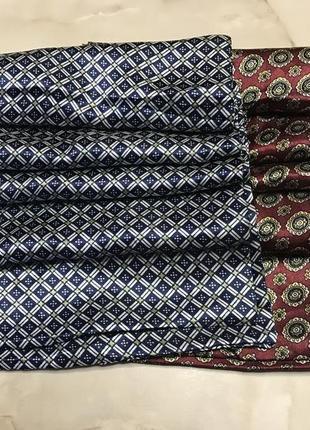 Пара мужских классических шёлковых шарфов.
