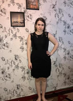 Чёрное платье с коротким рукавом