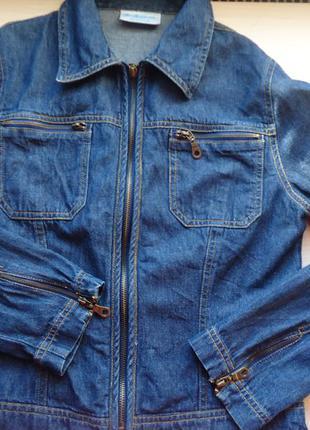Лаконичная джинсовая курточка с молниями на рукавах