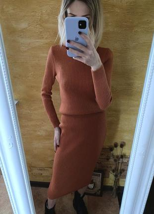 Стильный трикотажный комплект в рубчик вязаный костюм лапша джемпер и юбка миди