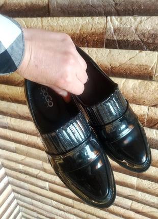 Лаковані туфлі-лофери
