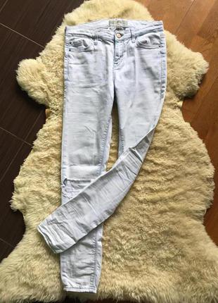 Светло-голубые джинсы с дырками на коленях topshop moto