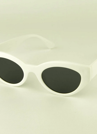 Солнцезащитные очки овальной формы - белые