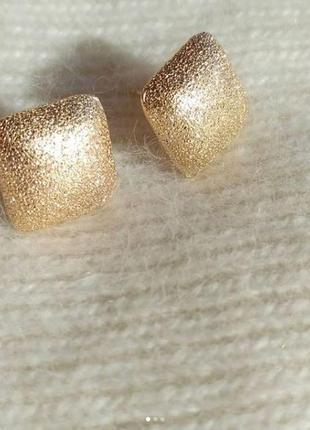 Красивые маленькие серьги золотого цвета, модные сережки