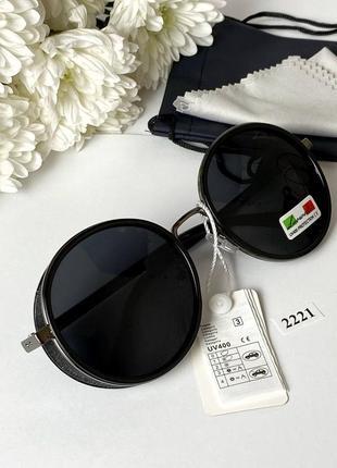 Стильные солнцезащитные очки с чёрными линзами