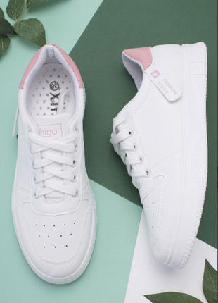 Женские белые кроссовки с розовым задником