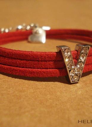 Красный браслет из замши с буквой
