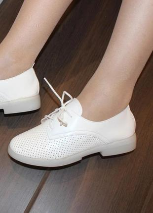 Женские белые туфли на шнуровке с перфорацией низкий каблук