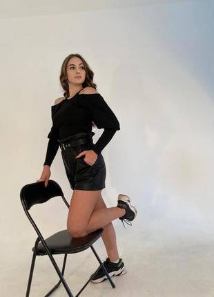 Чёрные женские шорты из экокожи, базовая модель