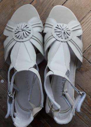 Белые сандалии