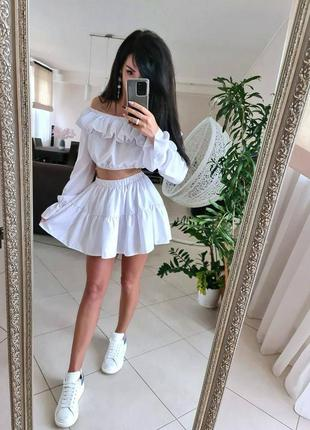 Лёгкий костюм юбка шорты и топ со спущенными плечами