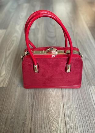 Яркая красная замшевая сумка с лаковыми вставками