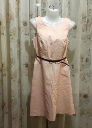 Красивое платье нежноперсикового цвета.