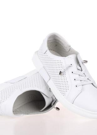 Белые кроссовки – новый тренд в индустрии моды