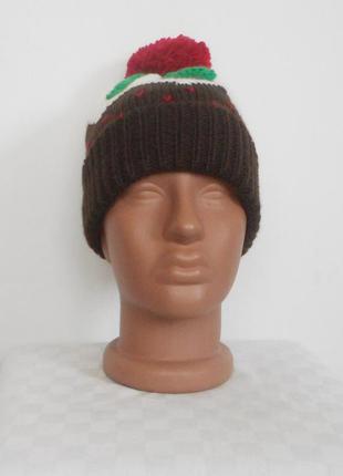 Вязаная спортивная шапка с помпоном