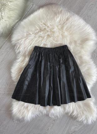 Плиссированная юбка под кожу