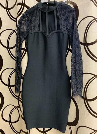 Бандажное платье с кружевом.