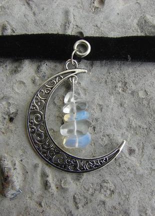 Ожерелье чокер полумесяц колье с лунным камнем опалом на бархатной ленте. цвет серебро