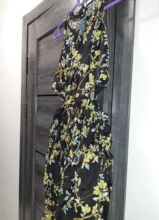 Модное платье с разрезами на талии