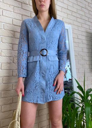 Голубое гипюровое платье под пояс