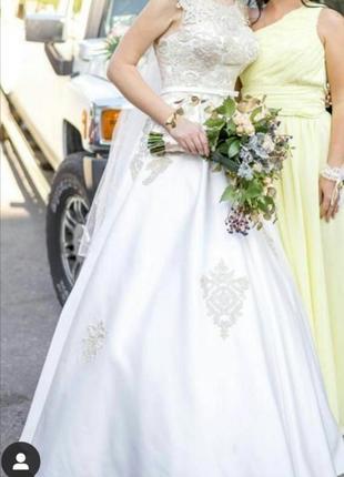 Свадебное атласное платье с золотым кружевом