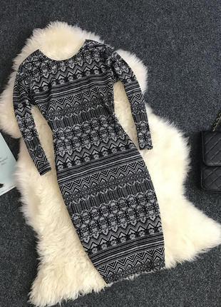 Платье с рукавом в орнамент