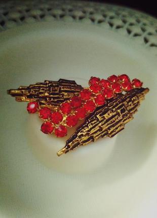 Винтажная брошь ягоды на листьях