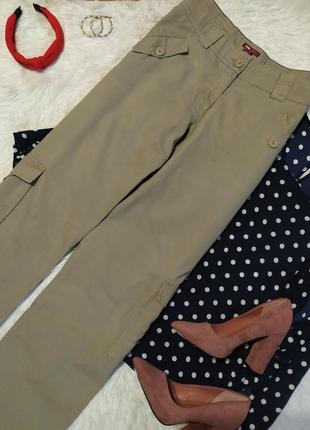 Актуальные брюки цвета хаки с накладными карманами
