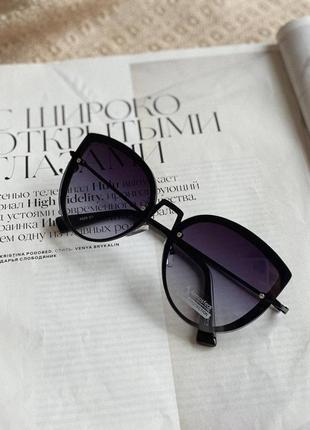 Крупные очки кошачьей формы с фигурной оправой и фиолетовым градиентом
