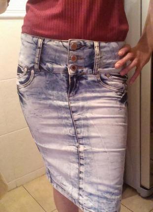 Крутая джинсовая юбка миди. голубой цвет