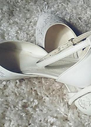Свадебные туфли на низкой шпильке