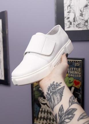 Белые кожаные кеды на липучке и с белой подошвой