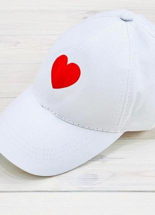 Кепка белая принт сердце котон