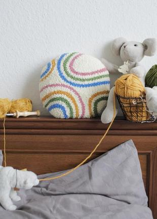Вышитая декоративная подушка с радугой / ковровая вышивка / игрушка