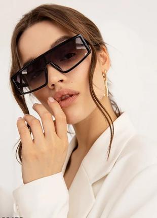 Чёрные очки прямоугольной формы