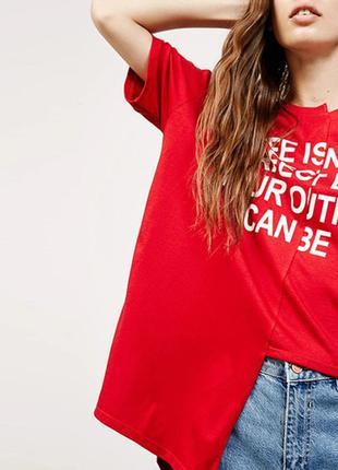Асимметричная красная свободная удлиненная длинная футболка с белой надписью