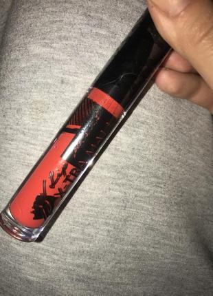 Матовая помада красного цвета jerelia