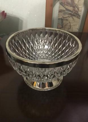 Красивая хрустальная ваза