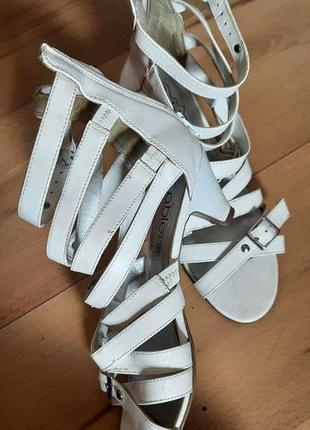 Белые стильные босоножки на шнуровке