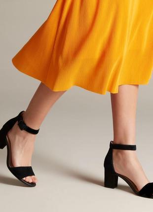 Кожаные туфли босоножки clarks 41 р. на широком каблуке минималистичные