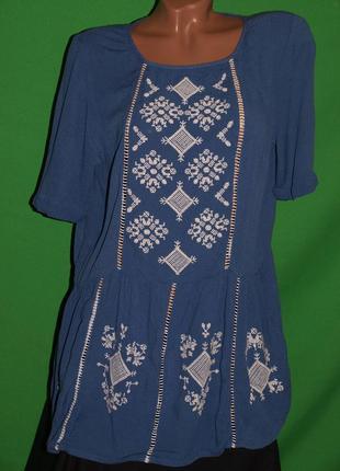 Шикарная блуза (л замеры) с узором, нежная, к телу приятная, замечательно смотрится.